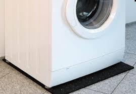 Стиральная машина на резиновом коврике