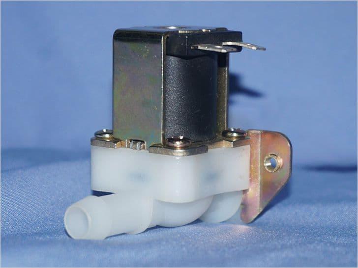 электромагнитный клапан на синем фоне